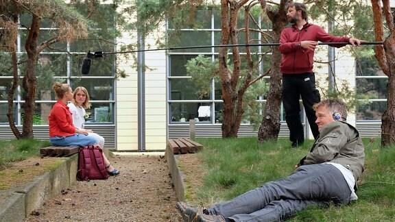 Regisseur John Delbridge in einer Drehpaus eim Gras