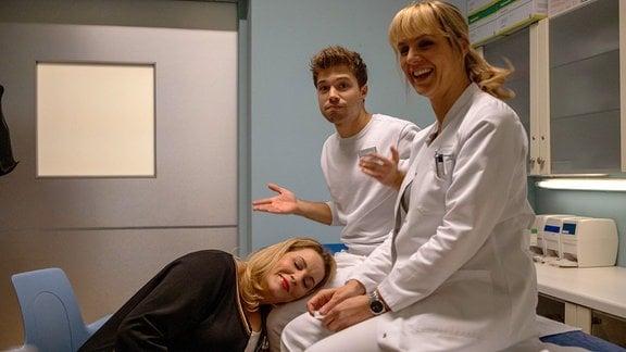 Alexa Maria Surholt, Jascha Rust und Anja Nejarri lachen in der Drehpause