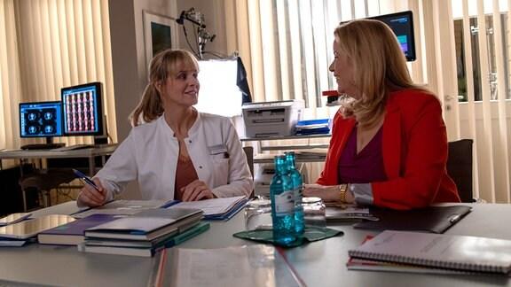 Anja Nejarri und Alexa Maria Surholt lachen bei den Dreharbeiten