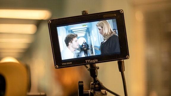 Bild einer Kamera Man sieht Alexa Maria Surholt und Jascha Rust beim Dreh