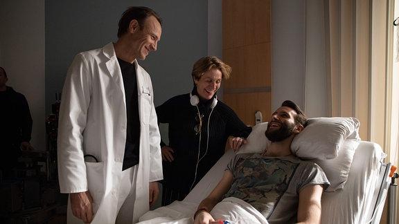 Bernhard Bettermann und Tim Bettermann lachen mit Regisseurin Micaela Zieschow.