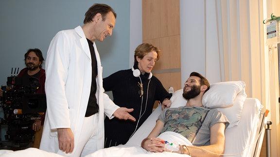 Bernhard Bettermann und Tim Bettermann mit Regisseurin Micaela Zieschow.