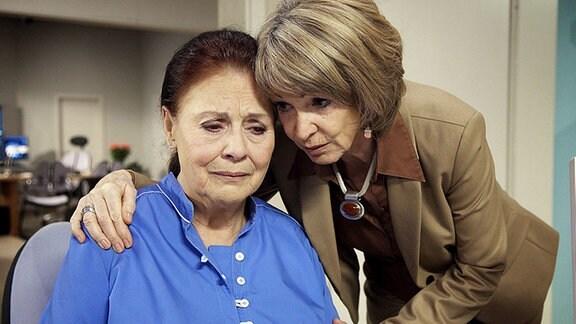 Charlotte Gauss (Ursula Karusseit, li.) vertraut sich ihrer Freundin Barbara Grigoleit (Uta Schorn, re.). Eine Untersuchung hat ergeben, dass Charlottes PAP-Werte erhöht sind, diese können auf Gebärmutterhals-Krebs hinweisen. Barbara versucht Charlotte zu beruhigen und erst die Ergebnisse der Untersuchung abzuwarten, doch Charlotte ist überzeugt, dass sie Krebs hat.