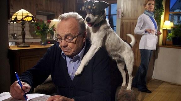 Hund Hugo buhlt um Herrchens Aufmerksamkeit, doch Professor Gernot Simoni (Dieter Bellmann) ist mit seinem Buch beschäftigt. Auch Ingrid (Jutta Kammann) fühlt sich vernachlässigt. Um dem Professor das zu verdeutlichen, greift Ingrid zu einem Trick.