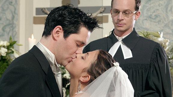 Philipp küsst Arzu bei ihrer Hochzeit