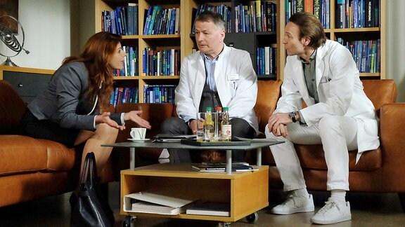 Der Gesundheitsdezernent Strauber hat seine behandelnden Ąrzte Dr. Roland Heilmann (Thomas Rühmann, mi.) und Dr. Martin Stein (Bernhard Bettermann, re.) gegenüber Vera Bader (Claudia Wenzel, li.) der Schweigepflicht entbunden. Während es Roland schafft, die Ruhe zu bewahren, wird Martin ungehalten. Martin glaubt nicht daran, dass sich ein Mensch wie Vera Bader zum Guten ändern könnte.