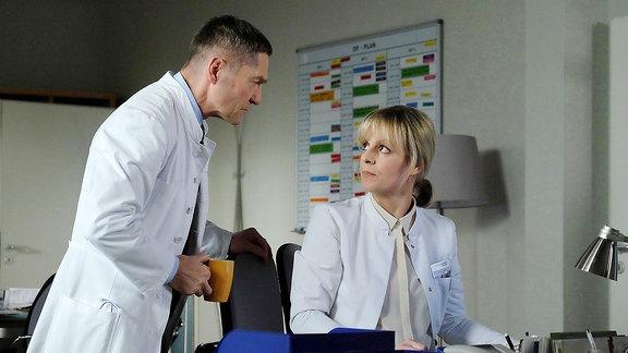 Dr. Kaminski (Udo Schenk) bleibt nichts anderes übrig, als mit Dr. Lea Peters (Anja Nejarri) Klartext zu reden: Wenn sie mit ihrem schwangerschaftsbedingten Karpaltunnelsyndrom weiterhin Menschen operiert, riskiert sie das, was ihr am meisten am Herzen liegt. Nicht nur ihre Karriere steht auf dem Spiel, viel mehr das Leben ihrer Patienten.