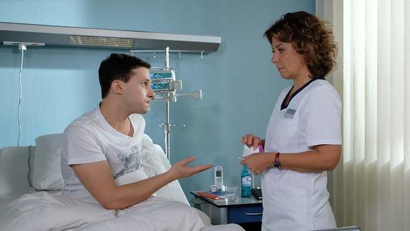 Schwester Ulrike (Anita Vulesica) gaukelt Lukas Ruge (Thimo Meitner) vor, dass Sucht-Medikament für ihn illegal besorgt zu haben. Tatsächlich scheint er Vertrauen zu fassen und verspricht der Schwester, nach seiner Entlassung aus der Sachsenklinik einen Entzug zu machen.