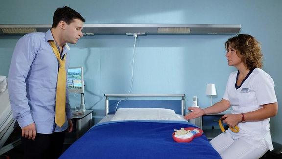 Schwester Ulrike (Anita Vulesica) möchte Lukas Ruge (Thimo Meitner) Blut abnehmen. Bei ihm müssen Nierensteine mittels einer Stoߟtherapie behandelt werden. Doch Lukas weigert sich vehement. Erst als Ulrike damit droht, die OP abzusagen, fügt sich der junge Karrierist seinem Schicksal.