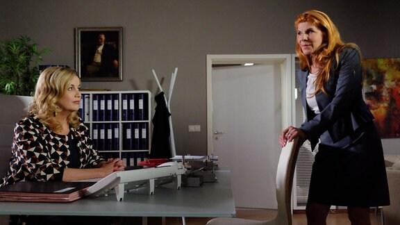 Dr. Vera Bader (Claudia Wenzel, re.), die Gesundheitsdezernentin der Stadt Leipzig, hat gehört, dass sich auch die Sachsenklinik, allen voran Sarah Marquardt (Alexa Maria Surholt, li.) an der Ausschreibung für ein Bioprinting-Exzellenz-Zentrum beteiligen will. Die Gesundheitsdezernentin bezieht klare Stellung, was sie von dieser Idee hält - nämlich nichts.