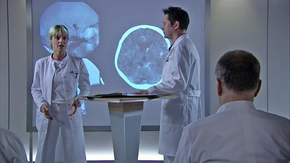 Dr. Brentano kennt Lea aus Studienzeiten und hält sie für eine ehrgeizige und skrupellose Karrieristin. Bald ahnt er, dass ihm eine schwierige Zeit an der Sachsenklinik bevorsteht.