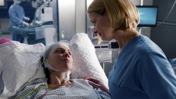 Eine Ärztin am Krankenbett einer Frau