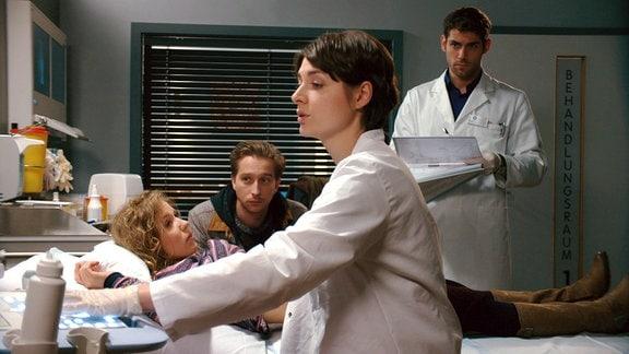 Ärzte untersuchen Patientin