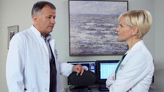 Dr. Kathrin Globisch (Andrea Kathrin Loewig) betreut einen unbekannten Patienten. Er ist mit seinem Auto stark alkoholisiert gegen einen Brückenpfeiler gerast. Ihr Verdacht des Suizids hat sich durch das Verhalten des Patienten bestätigt, doch er will seine Identität nicht preisgeben. Sie kommt einfach nicht an ihn ran. Kathrin sucht Rat bei Dr. Roland Heilmann (Thomas Rühmann).