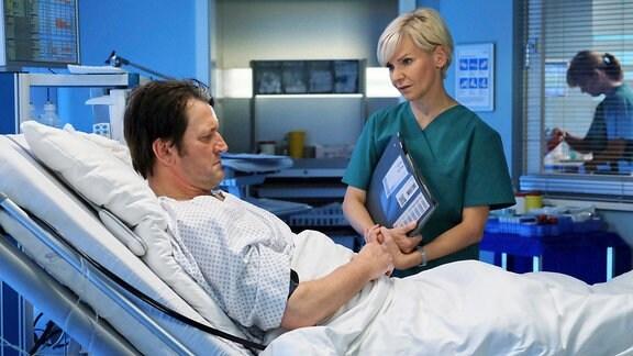 Dr. Kathrin Globisch (Andrea Kathrin Loewig) versucht Anno Pesch (Ingo Naujoks) Mut zu machen. Als Sternekoch den Geruchs- und Geschmackssinn zu verlieren, ist wirklich schlimm, aber kein Grund sein Leben beenden zu wollen. Kathrin wird weiter nach der Ursache suchen.