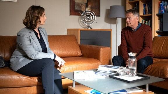 Katja Brückner (Julia Jäger) im Büro von Roland (Thomas Rühmann)