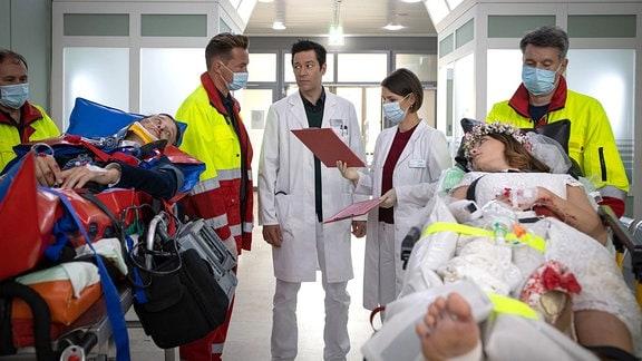 Nikki Schönau (Lena Meckel, re. liegend) und Hauke Friedrich (Oliver Konietzny, li. liegend) werden eingeliefert.