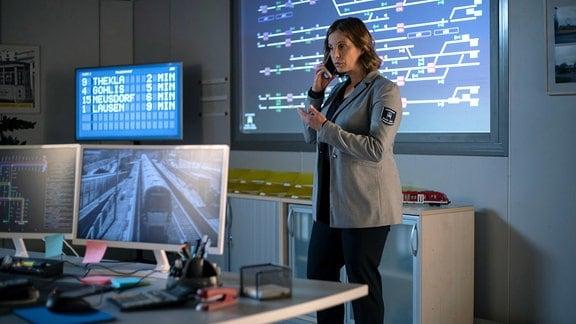 Katja Brückner (Julia Jäger) am Telefon in einem Schaltraum.