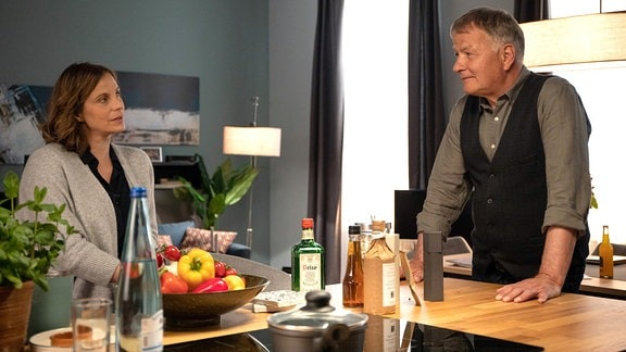 Katja Brückner (Julia Jäger) und Roland Heilmann (Thomas Rühmann) unterhalten sich in der Küche.