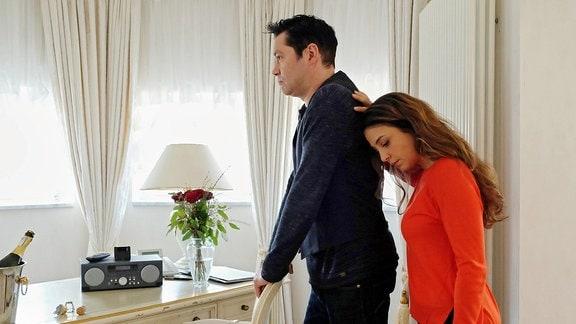 Die geplante romantische Nacht in einem Hotel ist gescheitert. Die Stimmung zwischen Arzu Ritter (Arzu Bazman) und ihrem Mann Philipp Brentano (Thomas Koch) ist angespannt und beide wollen die Paartherapie abbrechen.