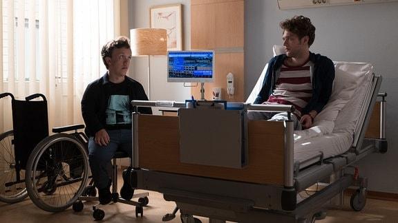 Leopold Prinz (Dennis Svensson, re.) und sein Bruder Daniel (Mick Morris Mehnert, li.)  im Krankenzimmer