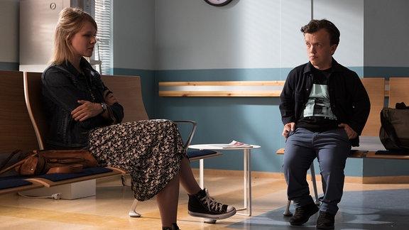 Lena Stockmann (Anna Bachmann) und Daniel (Mick Morris Mehnert) im Wartebereich.