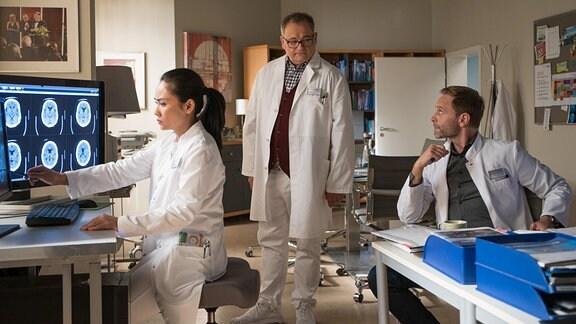 Hans-Peter Brenner (Michael Trischan, mi.) , Dr. Lilly Phan (Mai Duong Kieu, li.) und Dr. Kai Hoffmann (Julian Weigend, re.) im Ärztezimmer.
