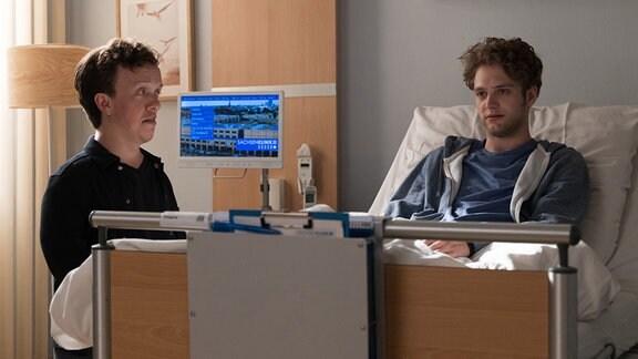 Leo Prinz (Dennis Svensson, re.) erzählt seinem Bruder Daniel (Mick Morris Mehnert, li.), dass seine Freundin Lea Schluss gemacht hat.
