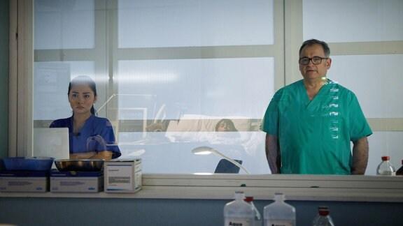 Hans-Peter Brenners (Michael Trischan, re.) und Dr. Lilly Phan (Mai Duong Kieu, li.) sind besorgt.