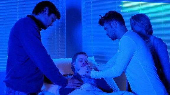 Leonard (Kai Ivo Baulitz, li.), Susanne (Isabel Schosnig, re.) und Pfleger Kris Haas (Jascha Rust, 2.v.re.) begleiten Dominik (Jona Rausch, liegend) bei seinem Wunsch, selbstbestimmt zu sterben.