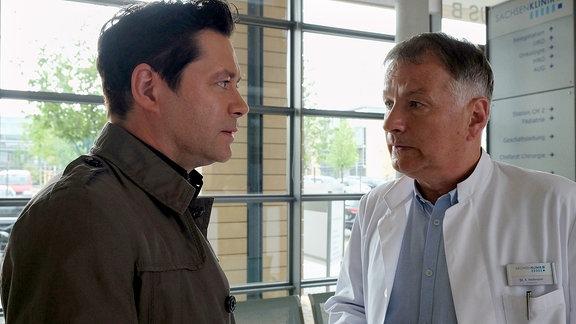 Klinikleiter Dr. Roland Heilmann und Dr. Philipp Brentano (Thomas Koch, li.) unterhalten sich.