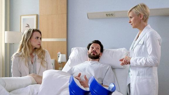 Dr. Kathrin Globisch spricht mit dem Patienten Jens Schultheis und seiner Frau.