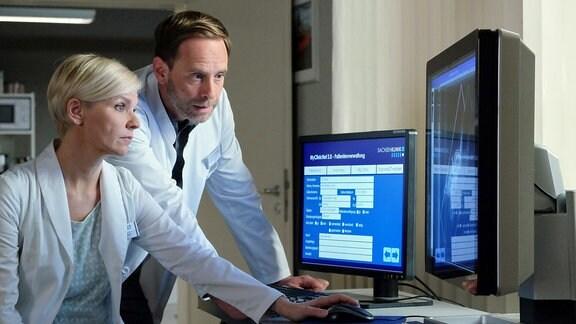 Dr. Kai Hoffmann und Dr. Kathrin Globisch blicken auf den Computerbildschirm.