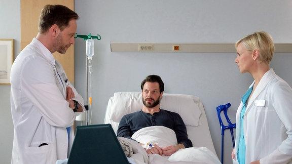 Dr. Kai Hoffmann am Bett von  Jens Schultheis mit Dr. Kathrin Globisch.