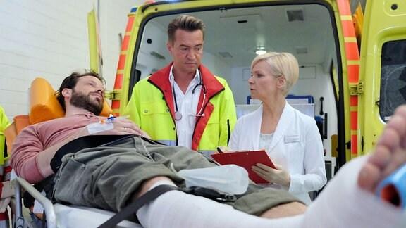 Jens Schultheis wird vom Notarzt in die Sachsenklinik eingeliefert. Dr. Kathrin Globisch nimmt ihn entgegen.