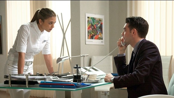 Oberschwester Arzu Ritter (Arzu Bazman) beschwert sich bei Clemens Manthey (Max König).