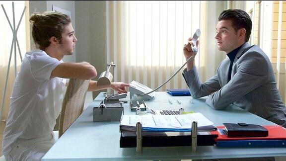 Kris Haas (Jascha Rust) beschwert sich bei Clemens Manthey (Max König).