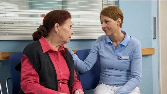 Pia Heilmann (Hendrikje Fitz, re.) versucht Charlotte (Ursula Karusseit, li.) die Sorge zu nehmen.