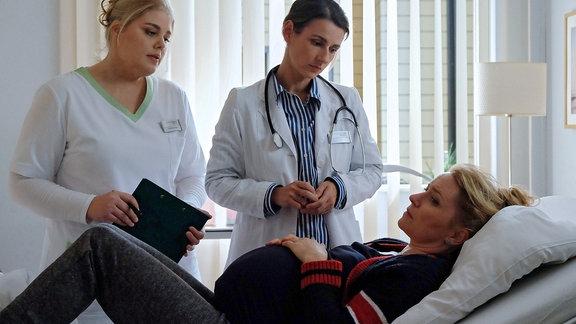 Zwei der drei Babys von Lilly Holzer (Diana Staehly, re.) schweben in Lebensgefahr. Dr. Maria Weber (Annett Renneberg, mi.) weiß, wie sehr die Zeit drängt, doch sie muss Lilly beruhigen. Vielleicht solle sie doch ihren Mann benachrichtigen. Für Lilly klingt es, als wollen die Ärzte aufgeben und sie fleht Maria und Schwester Miriam (Christina Petersen, li.) an, das nicht zu tun.