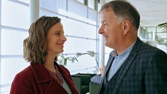 Katja Brückner (Julia Jäger) und Dr. Roland Heilmann (Thomas Rühmann) sind am Abend verabredet. Da keiner der beiden die Telefonnummer des Anderen hat, muss Katja Roland aufsuchen, um ihm zu sagen, dass sie sich um eine Stunde verspäten wird.