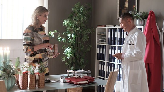 Dr. Rolf Kaminski mit Sarah Marquardt in ihrem Büro.