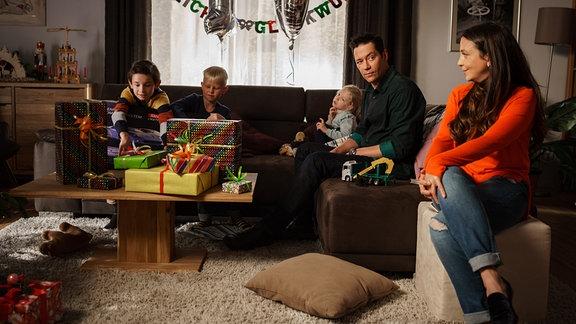 Familie Brentano im Wohnzimmer mit den Kindern.