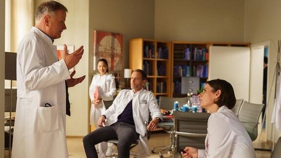 Dr. Roland Heilmann spricht im Ärztezimmer mit seinen Kolleginnen und Kollegen.