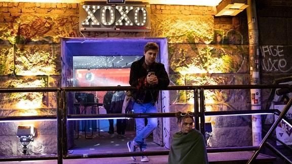 Schauspieler Jascha Rust lehnt an einem Geländer