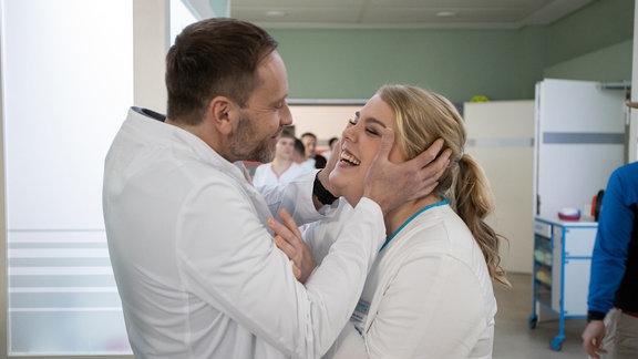 Julian Weigend und Christina Petersen lachen sich an