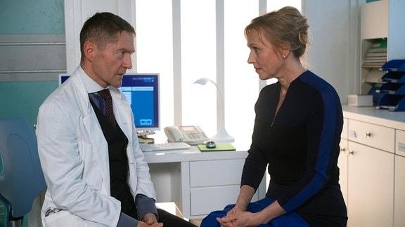 Marion Fecht spricht mit Dr. Kaminski.
