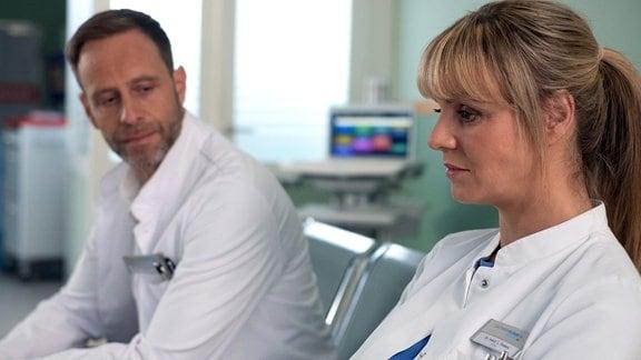 Dr. Lea Peters blickt nachdenklich, neben ihr sitzt Dr. Kai Hoffmann.