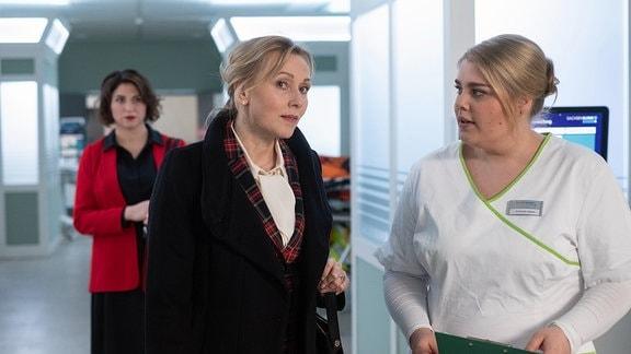 Marion Fecht erkundigt sich bei Schwester Miriam. Im Hintergrund steht Natalie Döring.
