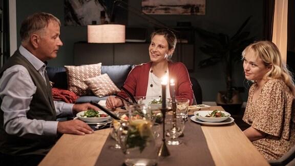 Lisa (Ella Zirzow, re.) soll die erste sein, die erfährt, dass Roland Heilmann (Thomas Rühmann, li.) und seinen Lebensgefährtin Katja Brückner (Julia Jäger, mi.) zusammenziehen wollen.