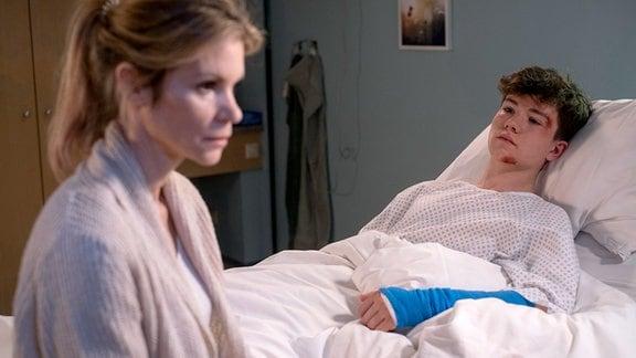 Bettina Jablonski (Nina Gnädig) mit ihrem Sohn Ben (Caspar Langer) im Krankenzimmer.